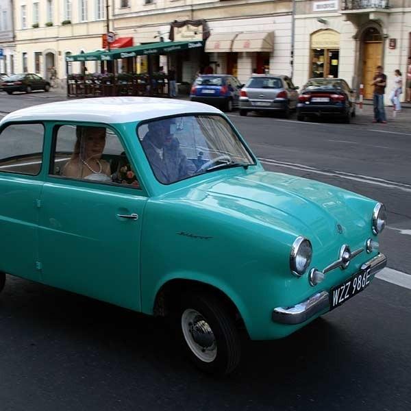 Mikrus - samochód legenda, pierwsze polskie małolitrażowe auto. Dziś na ulicach nie jeździ ich wiele. Są atrakcją, np dla młodych par, które ten maluch z Mielca wozi do ślubu.