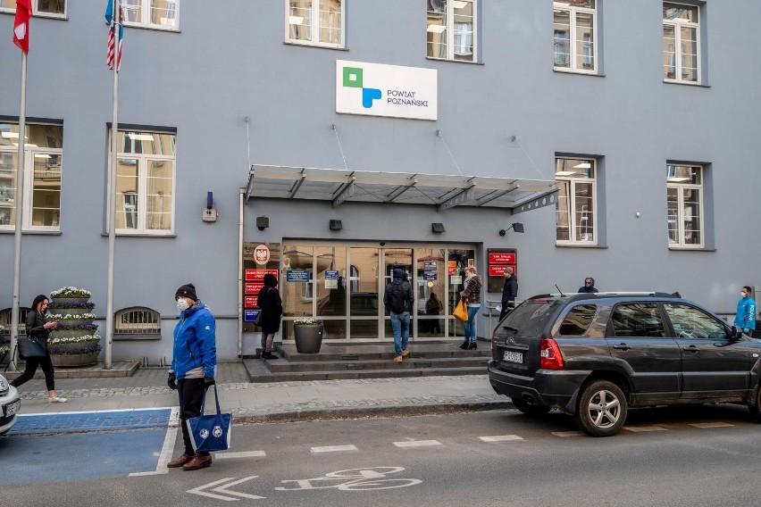 W budynku Starostwa Powiatowego przy ulicy Jackowskiego w Poznaniu pracuje około 400 osób, u dwóch z nich potwierdzono obecność koronawirusa