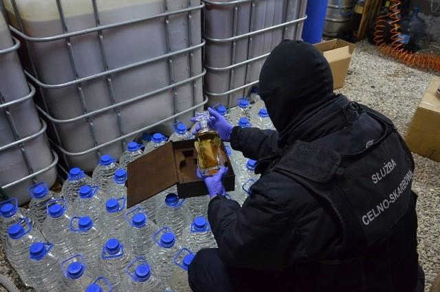 Funkcjonariusze KAS z Podlaskiego Urzędu Celno-Skarbowego w Białymstoku ustalili, że na terenie jednej z prywatnych posesji w gminie Dobrzyniewo Duże funkcjonuje bimbrownia, w której produkowany jest nielegalny alkohol na dużą skalę.