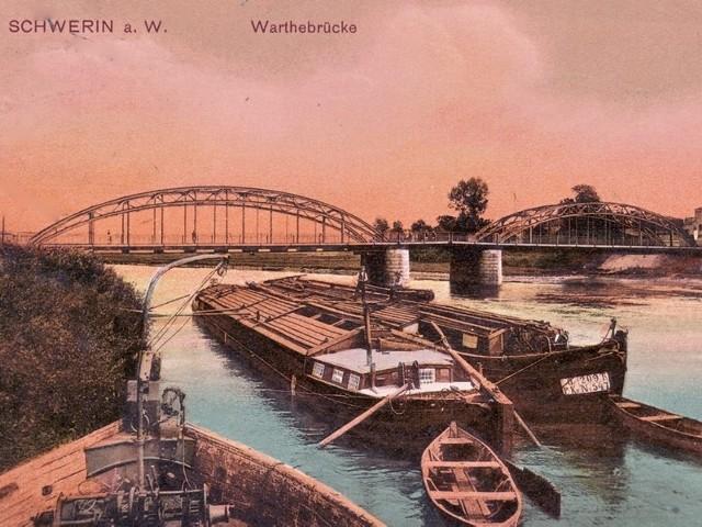 Barki i łodzie cumujące nad brzegiem Warty w Skwierzynie na archiwalnej pocztówce