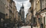 Przywileje dla zaszczepionych: sklepy, kina, fryzjerzy, baseny. Kiedy w Polsce? Już!