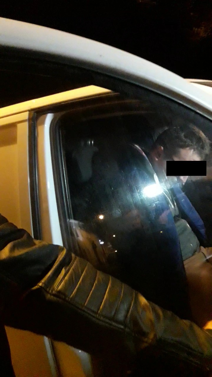 Nastolatek daje loda w samochodzie
