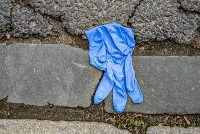 Śmieci podczas pandemii przybywa, dlatego GOAP przygotował dla mieszkańców aglomeracji poznańskiej poradnik, w którym wyjaśnia m.in. co zrobić chusteczkami dezynfekcyjnymi, rękawiczkami lub maseczkami oraz jak prawidłowo postępować z odpadami osób, które przebywają na kwarantannie. Przypomina też o zmianach jakie zaszły w tym roku w gospodarowaniu odpadami i zachęca do ograniczania ilości produkowanych śmieci.Sprawdź, 6 zasad postępowania z odpadami podczas pandemii >>