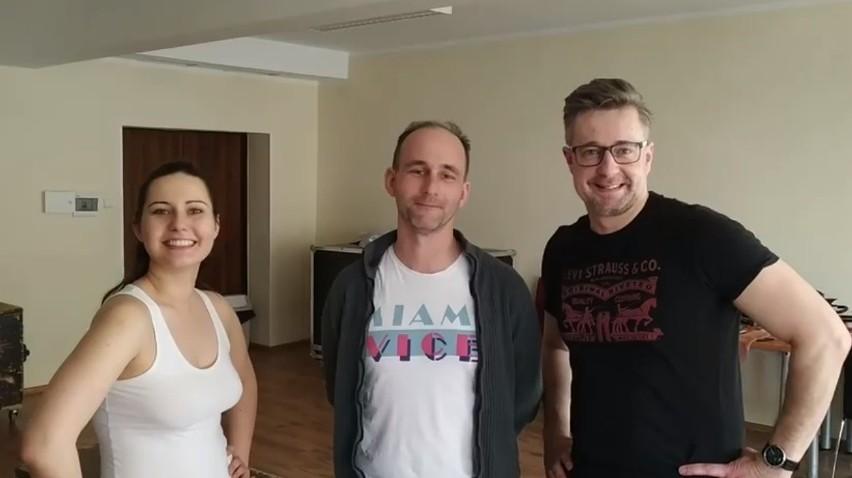 Spektakl to projekt Adrianny Jendroszek, Wojciecha Kowalskiego i Jacka Zdrojewskiego.