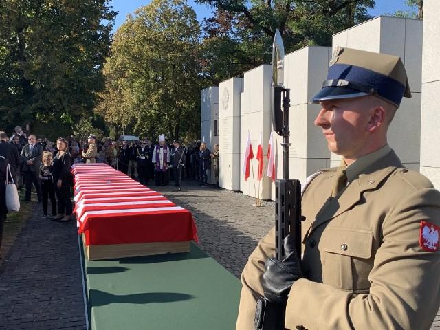 Trumny ze szczątkami 22 żołnierzy zamordowanych w katowni UB. 22.09.2019