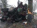 Wypadek w Wólce Orchowskiej. Piaskarka uderzyła w drzewo i przewróciła się. Kierowca w szpitalu