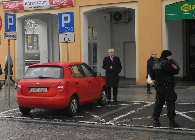W poniedziałek, tuż po godzinie 12, Jan Dobrzyński zatrzymał się na miejscu dla niepełnosprawnych na przeciw sklepu spożywczego przy Rynku Kościuszki. Chwilę później przy skodzie byli już strażnicy miejscy.Informację o interwencji otrzymaliśmy od Czytelnika, który rozpoznał niedoszłego prezydenta.