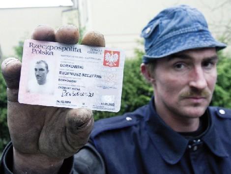 Eugeniusz Borkowski kilka tygodni temu dowiedział się, że nie żyje. Odebrał nawet swój akt zgonu, który jednak gdzieś mu się zapodział. Szukając pomocy, przyszedł do naszej redakcji.
