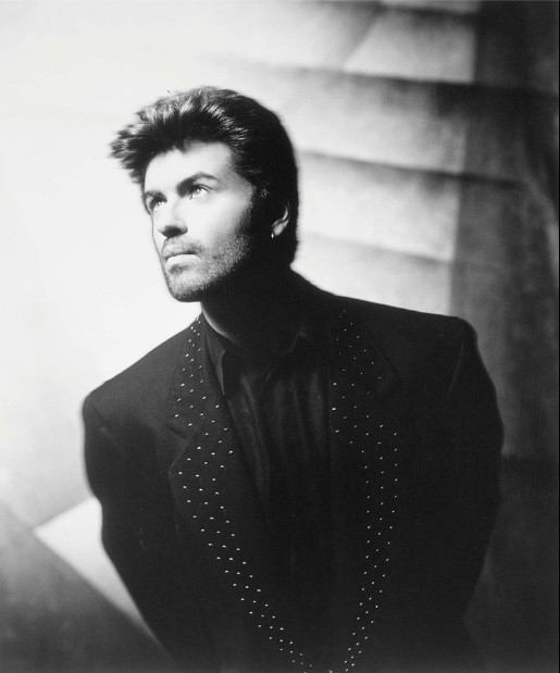 """Wszyscy, nie tylko fani George Michaela, mają w pamięci niezapomniana koszulkę wokalisty z napisem """"Choose life"""". Jednak to  nie jedyna z niezapomnianych kreacji piosenkarza. Niezapomniane są oczywiście stroje z teledysku do piosenki """"Faith"""" czy """"Wake Me Up Before You Go-Go"""", którą nagrał z zespołem Wham.Sprawdźcie z nami, jak na przestrzeni lat zmieniał się wizerunek sceniczny George Michaela. Przeczytaj również: http://www.gazetalubuska.pl/kultura/a/nie-zyje-george-michael-mial-53-lata,11623075/"""