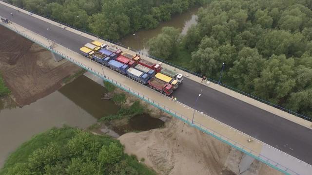 15 SAMOCHODÓW CIĘŻAROWYCH Z PEŁNYM ŁADUNKIEM zostało wykorzystanych podczas próby obciążeniowej mostu
