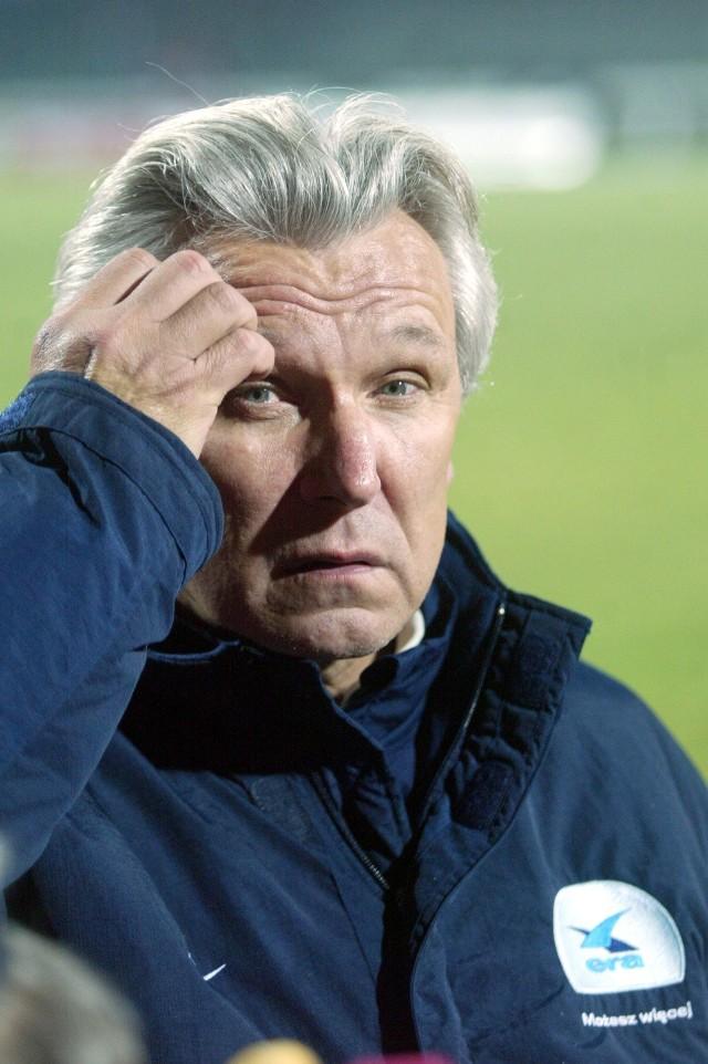 Szkoleniowiec krakowskiej Wisły Henryk Kasperczak już chyba niczego nie wymyśli. O ile odpadnięcie z Ligi Mistrzów można było zrzucić na pechowe losowanie (wiślacy ulegli Realowi Madryt), to porażka z gruzińskim Dynamem Tbilisi obnażyła wszystkie piłkarskie braki mistrza Polski.