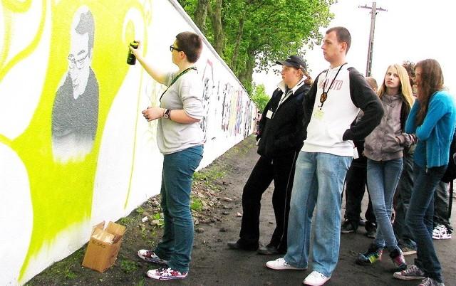 Ewa Dettlaff była jedną z osób, które na murze przy ulicy Wspólnej wykonały w środę graffiti.