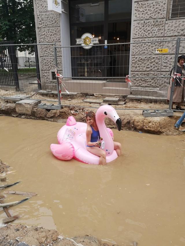 Łodzianka Sandra Ruta pływała w środę w kałuży na remontowanej ulicy Nawrot na dmuchanym, różowym flamingu. W ten sposób chciała pokazać, że jej restauracja nadal działa mimo przeciągającego się remontu.CZYTAJ DALEJ NA NASTĘPNYM SLAJDZIE