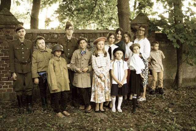 Dzieci w historycznych strojach wystawiły sztukę teatralną o tematyce związanej z 80 rocznicą wybuchu II wojny światowej