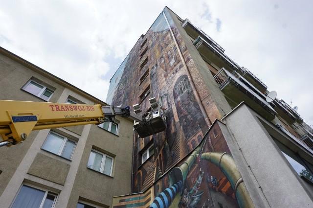 Mural Wieża Babel wymagał poprawek