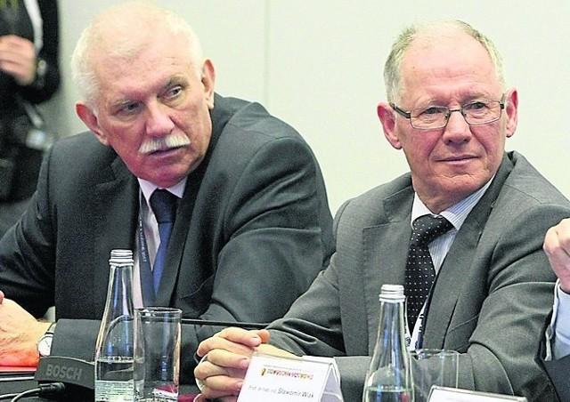 """Rektorzy """"za barierą wiekową"""": prof. Antoni Różalski z UŁ (z lewej) oraz prof. Sławomir Wiak z PŁ. Ich uczelnie twierdzą, że nie wpływały na wniesienie projektu przez Koalicję Polską."""