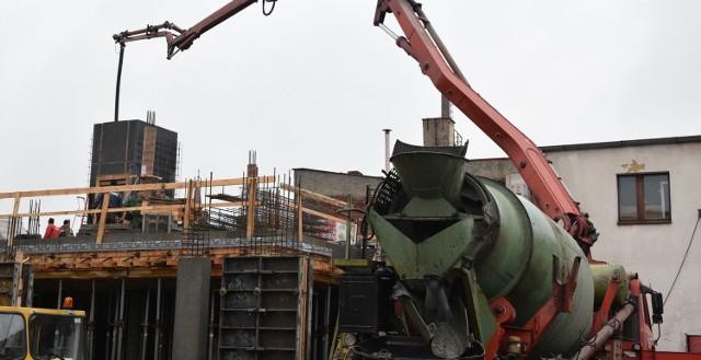 W tym tygodniu robotnicy wylewali słupy konstrukcyjne