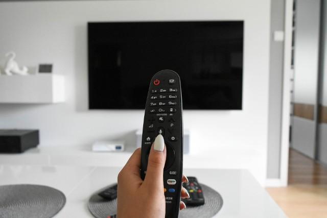 Telewizja naziemna ma być w jakości 4K i z jeszcze większym pakietem kanałów. Wszystko to za sprawą zmiany standardu nadawania, która już niebawem zostanie wprowadzona w całej Polsce. Wiązać się to jednak będzie z dodatkowym wydatkiem, z którym musi się liczyć większość odbiorców telewizji naziemnej. Sprawdźcie szczegóły!Czytaj dalej. Przesuwaj zdjęcia w prawo - naciśnij strzałkę lub przycisk NASTĘPNEZOBACZ TAKŻE:Te osoby nie będą musiały płacić Abonamentu RTVTe osoby dostaną wezwania do zapłaty zaległego Abonamentu RTV