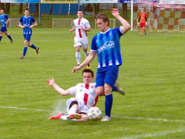 Orzeł Przeworsk (biało-czerwone stroje) po ciekawym meczu pokonał Błękitnych Ropczyce.