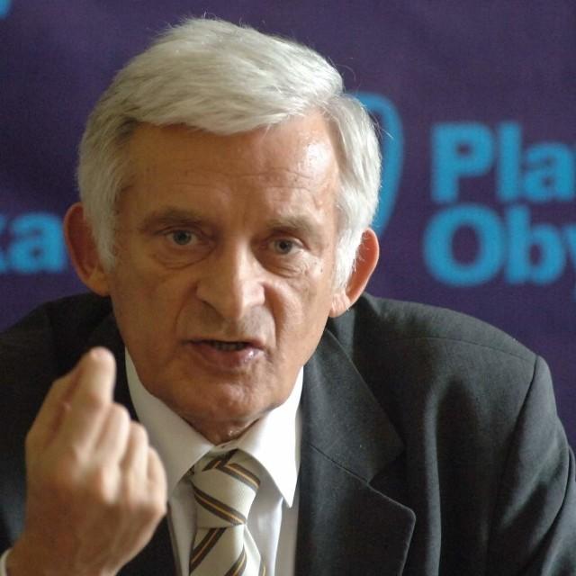 - Niezmiernie się cieszę, że w Kędzierzynie-Koźlu chcecie budować tego typu instalację - mówił prof. Buzek po spotkaniu z prezesem ZAK Jałosińskim i posłem Węgrzynem