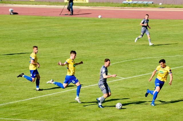 Sytuacja zawodników Elany (żółte koszulki) jest coraz trudniejsza