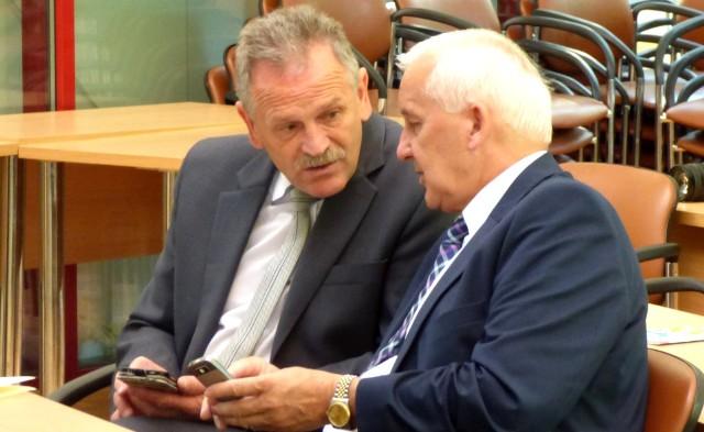 Starosta Jerzy Kolarz (z lewej) i burmistrz Waldemar Sikora - to oni rozdają teraz karty na buskim szczycie władzy.