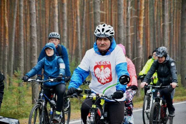 """Od sześciu lat rowerzyści z Zielonej Góry 11 listopada spotykają się na placu Bohaterów, aby punktualnie o symbolicznej godzinie 11.11 wyruszyć do Lubuskiego Muzeum Wojskowego. W tym roku VI Rajd Rowerowa Niepodległa był wyjątkowo szczególny,  bo odbywał się w 100. rocznicę odzyskania przez Polskę niepodległości. Do uczczenia tego ważnego dnia, chętnych nie brakowało. Biało-czerwony rajd rowerowy, to już tradycja, i z roku na rok bierze w nim udział coraz więcej rowerzystów. Zobacz również: Po staropolsku świętowali 100-lecie odzyskania niepodległości [ZDJĘCIA]Uczestnicy rajdu pokonali ok. 13 kilometrów,  a na mecie w muzeum czekały na nich gorące napoje i wojskowa grochówka. Odbyły się  pokazy grupy  rekonstrukcyjnej  oraz odsłonięcie """"Wielkiego muralu na wielką rocznicę odzyskania Niepodległości"""". Muzeum w Narodowe Święto Niepodległości czynne będzie do 16:00. Wstęp dla uczestników rajdu bezpłatny, pozostali bilet promocyjny w cenie 6 zł.Organizatorami rajdu byli:  Rowerem Do Przodu, Lubuskie Muzeum Wojskowe w Zielonej Górze z/s w DrzonowieTowarzystwo Przyjaciół Lubuskiego Muzeum Wojskowego oraz Urząd Marszałkowski Województwa Lubuskiego. WIDEO: Wspólnie zaśpiewali hymn polski w Zielonej Górze"""