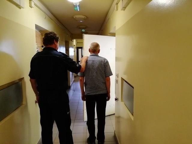 Policjanci zatrzymali 54 latka, który mając prawie 2,5 promila alkoholu prowadził autobus. Jechał po pracowników, których miał dowieźć do pracy. Mężczyzna straci teraz prawo jazdy oraz odpowie przed sądem.CZYTAJ DALEJ NA NASTĘPNYM SLAJDZIE