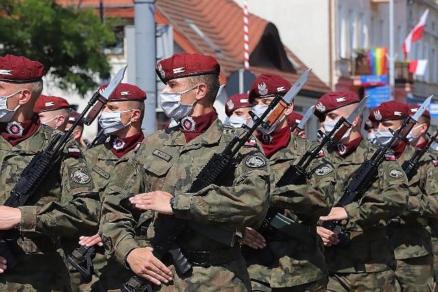 Uroczystości związane ze Świętem Wojska Polskiego w 2020 roku odbyły się zgodnie z wieloletnią łódzką tradycją na placu przed Katedrą.