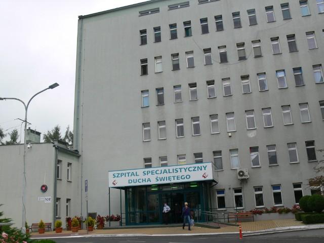 Jedno z przejść znajduje się na ulicy Schinzla  przy wejściu do budynku szpitala.