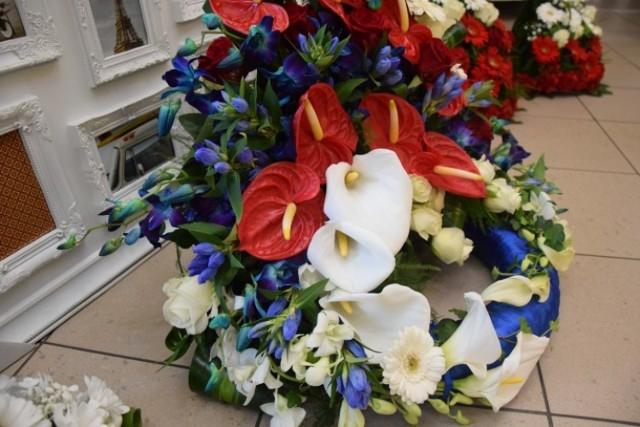 Nowodworska kwiaciarnia Azalia zrealizowała wyjątkowe zamówienie. Kwiatowe kompozycje z Azalii zostaną dziś wręczone księżnej Kate oraz złożone w czasie uroczystości oddania hołdu ofiarom niemieckiego obozu koncentracyjnego.