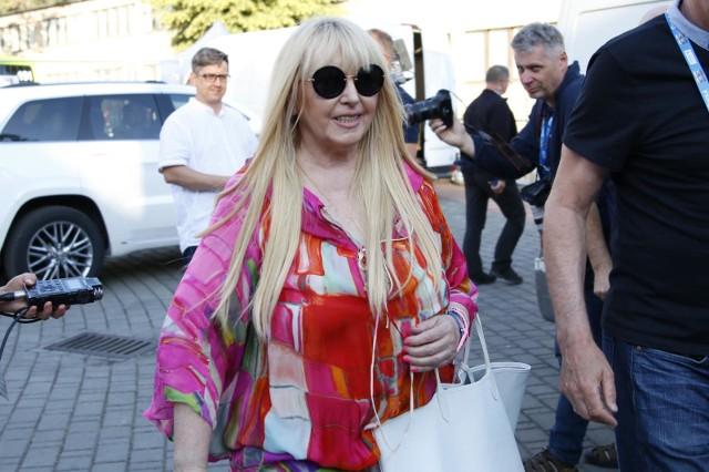 Maryla Rodowicz to bez wątpienia jedna z najpopularniejszych piosenkarek polskiej muzyki rozrywkowej. Choć szczytowe lata swojej kariery ma już za sobą, na nowe płyty i koncerty fani mogli liczyć nawet w minionej dekadzie. Jakiego zatem majątku dorobiła się Maryla Rodowicz? Ostatnio wyznała też, jaką otrzymuje emeryturę. Sprawdźcie szczegóły w poniższej galerii. Czytaj dalej. Przesuwaj zdjęcia w prawo - naciśnij strzałkę lub przycisk NASTĘPNE