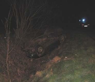 Audi zjechało na przeciwległy pas jezdni i uderzyło w przepust drogowy.
