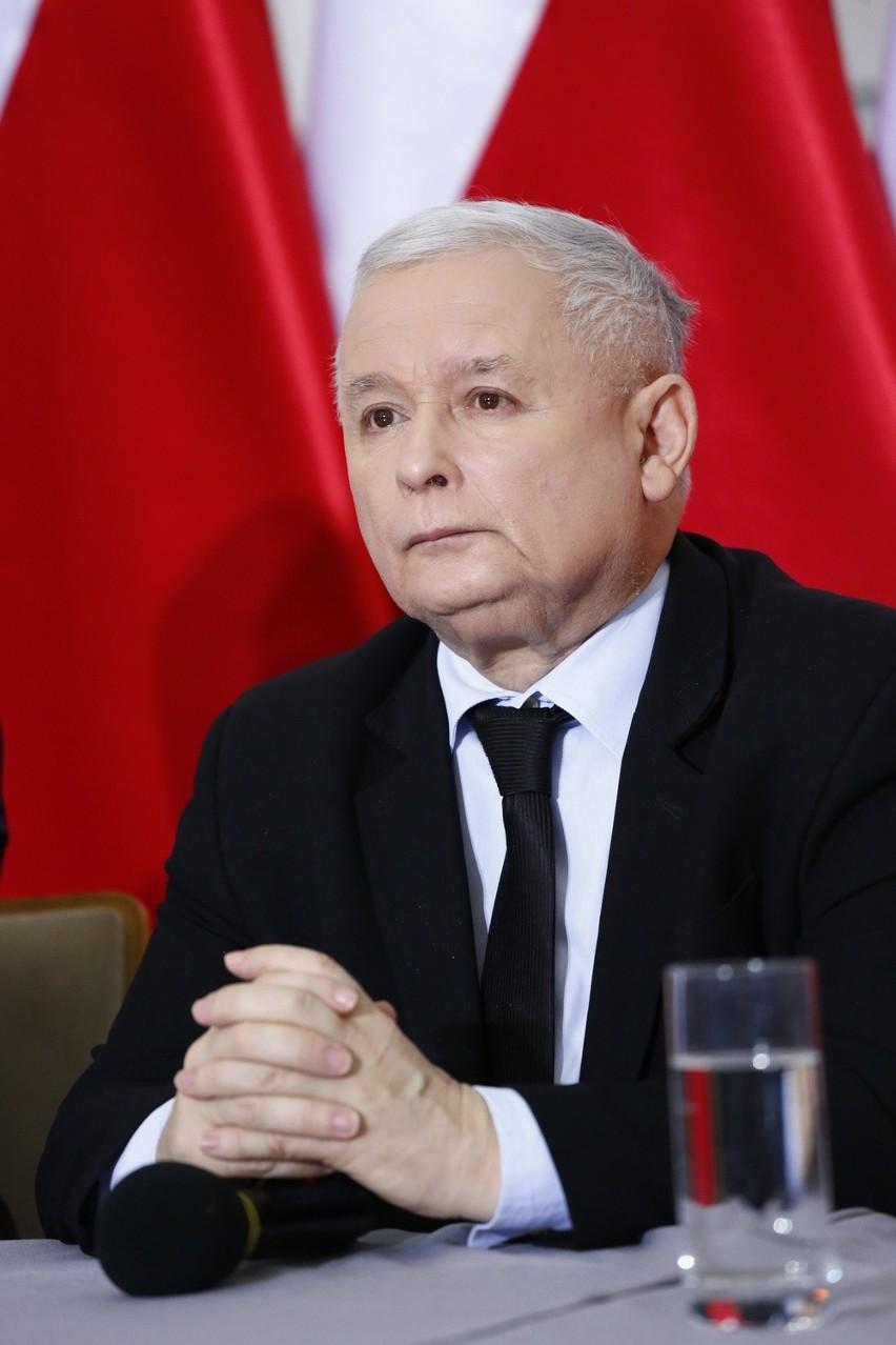 """Wiersz zatytułowany """"Do Jarosława Kaczyńskiego"""" został napisany przez Rymkiewicza w  2010 roku po katastrofie smoleńskiej"""