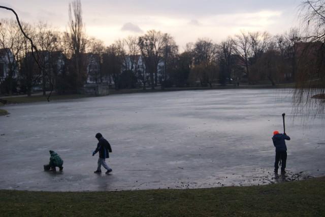 Racibórz: Lodowisko nie działa, dzieci wchodzą na cienki lód