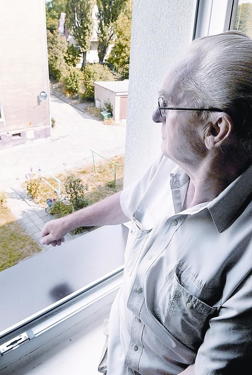 - Latarnie są potrzebne przed blokiem, chociażby ze względu na bezpieczeństwo – mówi Stanisław Kosowicz