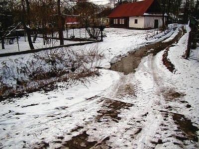 Tak wygląda zjazd z drogi powiatowej. Prosto do potoku. Fot. Maciej Hołuj