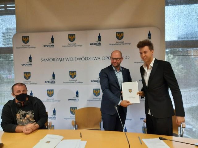 Od lewej: Rafał Mościcki, prezes stowarzyszenia Opolskie Lamy, wicemarszałek Zbigniew Kubalańca i Jakub Dubik, dyrektor Opolskiego Banku Talentów.