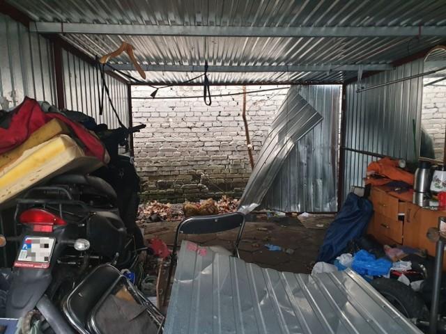 Zwłoki znaleziono za blaszaną ścianą tego garażu