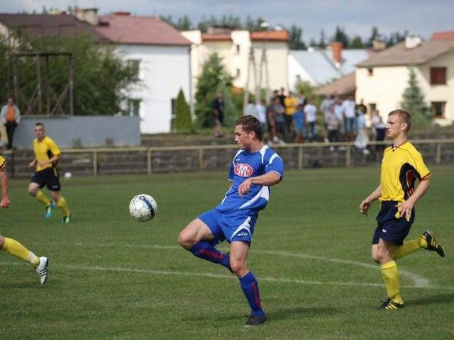 Piłkarze Ruchu Wysokie Mazowieckie (niebieskie stroje) mają szansę zdominować IV ligę