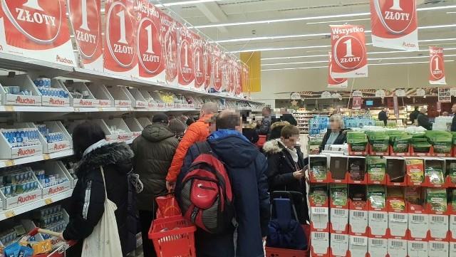 Wielka wyprzedaż w Auchan. Hipermarkety i dyskonty walczą o klienta. Tym razem Auchan postanowił skusić klientów artykułami, których cena to zaledwie 1 zł. Co można kupić w Auchan za 1 zł? Zobacz na kolejnych slajdach
