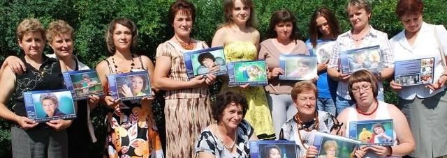 Panie z Rutkowa z kalendarzami, które zdobią ich fotografie