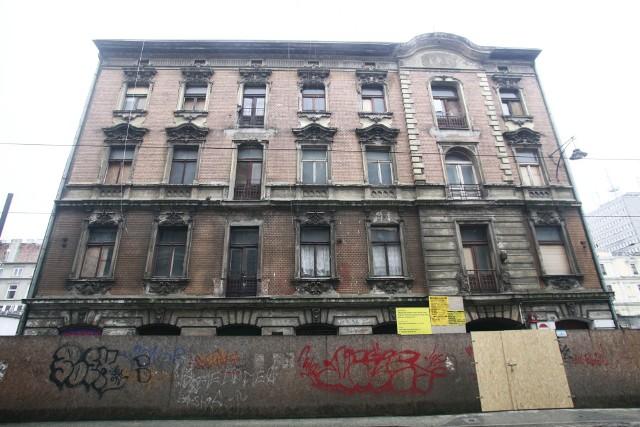 Na fasadzie efektownej, ale zniszczonej kamienicy Aurbachów wzrok przyciągają bogate sztukaterie nad i pod oknami
