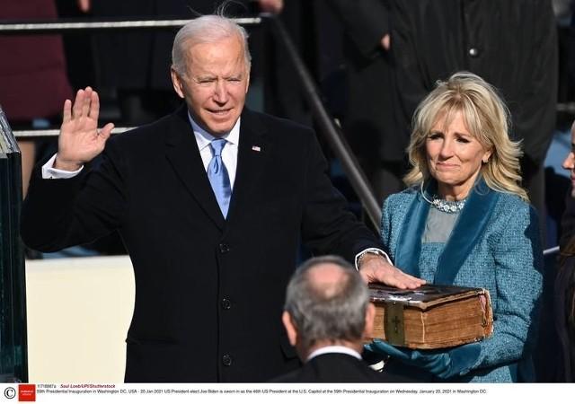 Kolory Partii Demokratycznej w różnych odcieniach – niebieski krawat prezydenta Joego Bidena i turkusowy odcień (ocean blue) pierwszej damy dr Jill Biden.