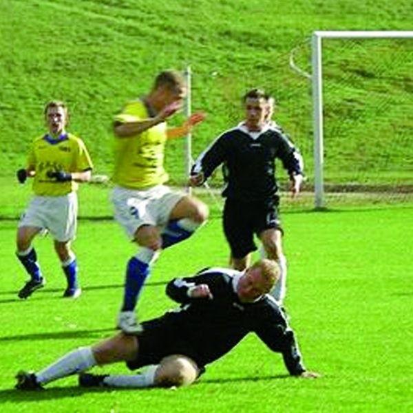 Piłkarze Dębu zaskakują swoją dobra postawą w IV lidze.
