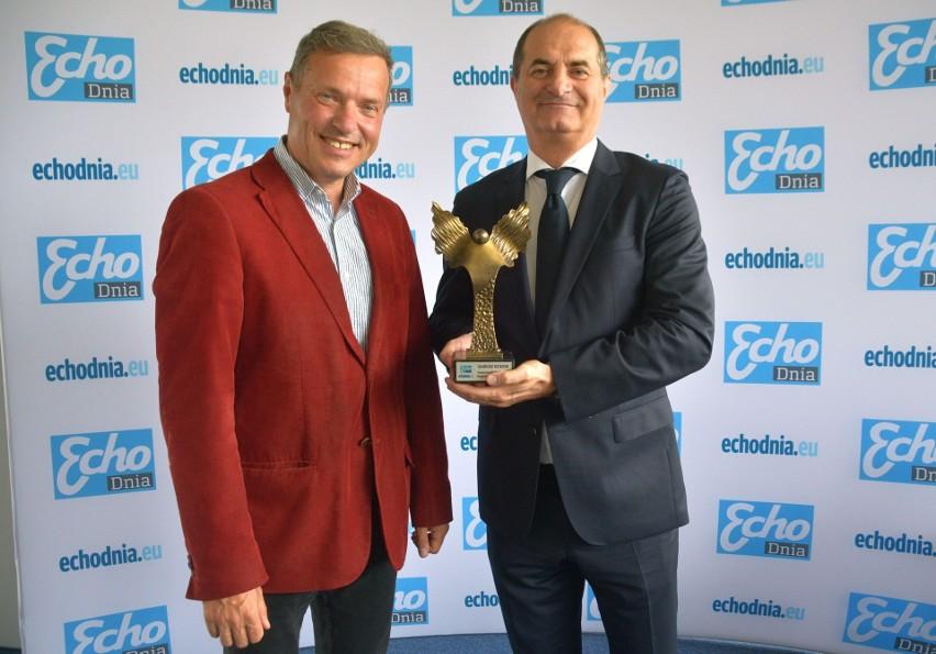 Nagrodę specjalną wręcza profesorowi Dariuszowi Kosiorowi...