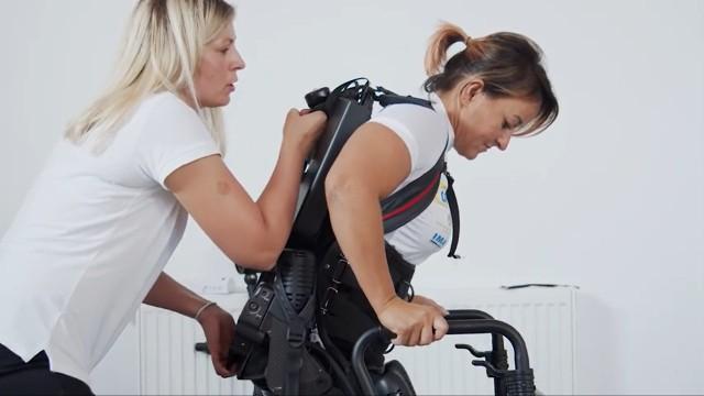 Stowarzyszenie Jedna Chwila jako jedyne w Polsce organizuje darmowe rehabilitacje na egzoszkielecie. To urządzenie, które obejmuje ciało pacjenta i dzięki swej budowie pozwala prowadzić reedukację chodu.