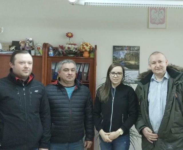 Delegacja Zarządu Gminnego Związku Ochotniczych Straży Pożarnych z Krasocina przekazała córce Zdzisława Tokarskiego zebraną kwotę pieniędzy.