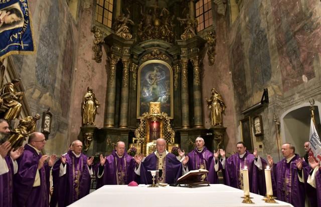 Liturgii dziękczynnej za posługę oo. jezuitów w kościele św. Piotra Apostoła przewodniczył abp Stanisław Budzik