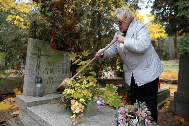 Omiecenie liści to zwykle pierwsza czynność, którą trzeba wykonać zdobiąc groby bliskich przed dniem Wszystkich Świętych. Ozdoby wiele osób przyniesie dopiero w samo święto.